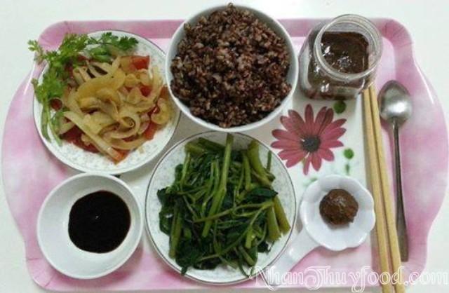 Bữa cơm đầy năng lượng và dinh dưỡng của chị Vy Lộc