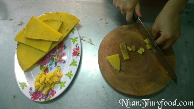 cắt nhỏ khối sáp ong ra, cắt càng nhỏ thì việc nấu tan chảy càng nhanh