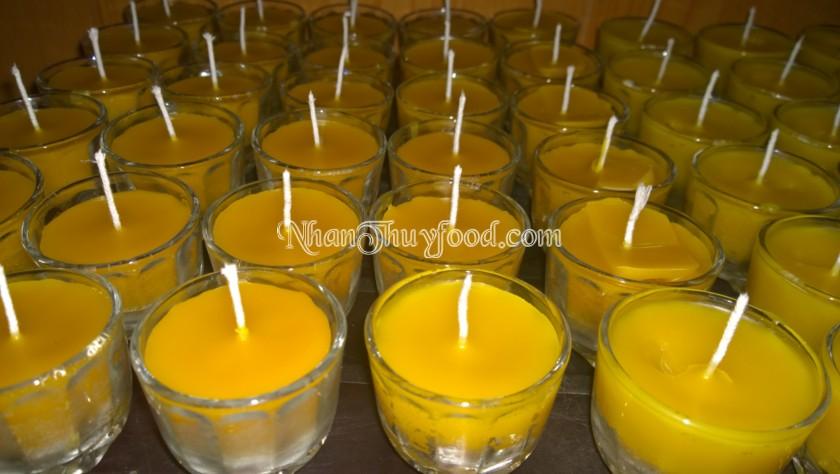 Nến sáp ong có màu vàng, hương thơm dịu dàng.