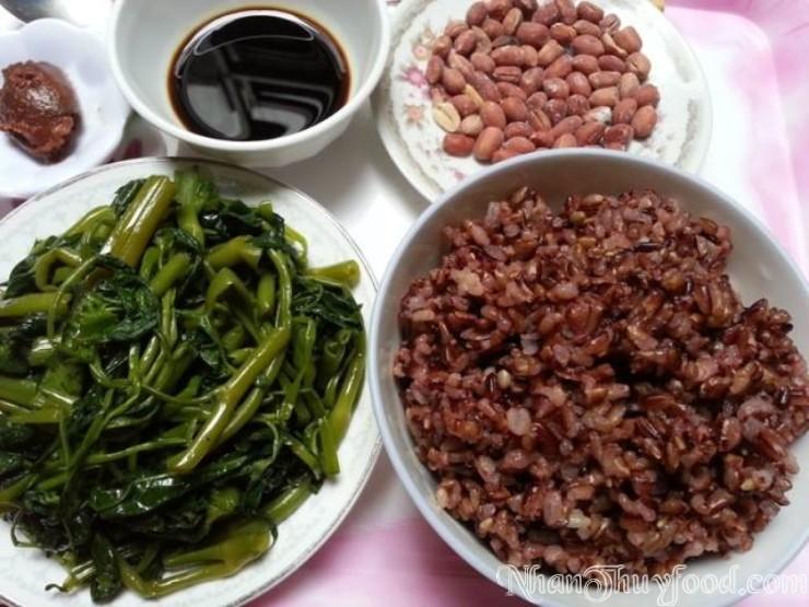 Cơm nấu từ gạo Nhân Thùy ăn kèm với ít đậu rang, thêm một ít cọng rau muống luộc chấm xì dầu cho bữa ăn thêm ngọt ngào.