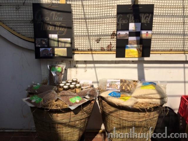 Gạo Nhân Thùy và Gạo Tâm Việt được khách hàng quan tâm tại chợ phiên.