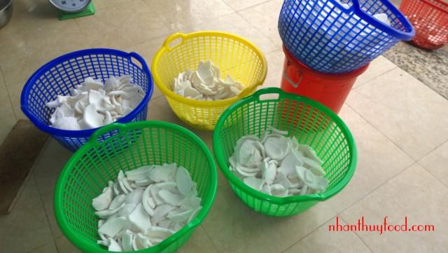 Cùi dừa làm sạch trước khi xay nhỏ cho vào sấy lạnh để ép ra dầu dừa tuyệt hão