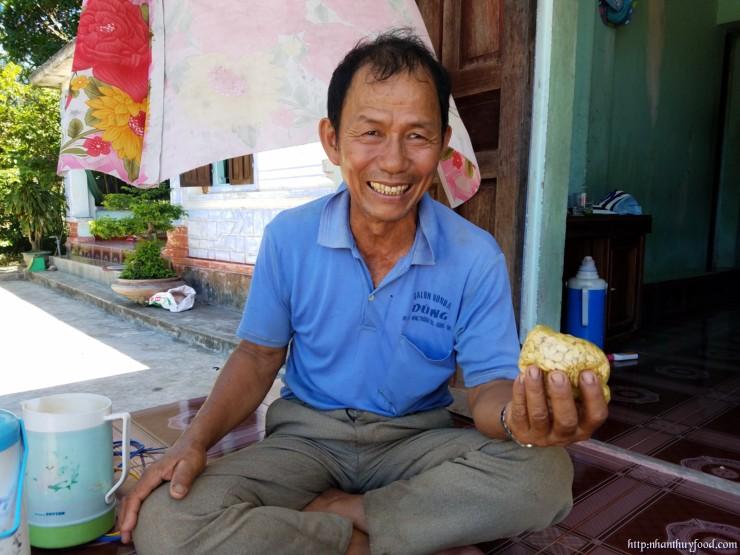 Chú Vân, là chuyên gia và là người trồng bí giỏi nhất làng