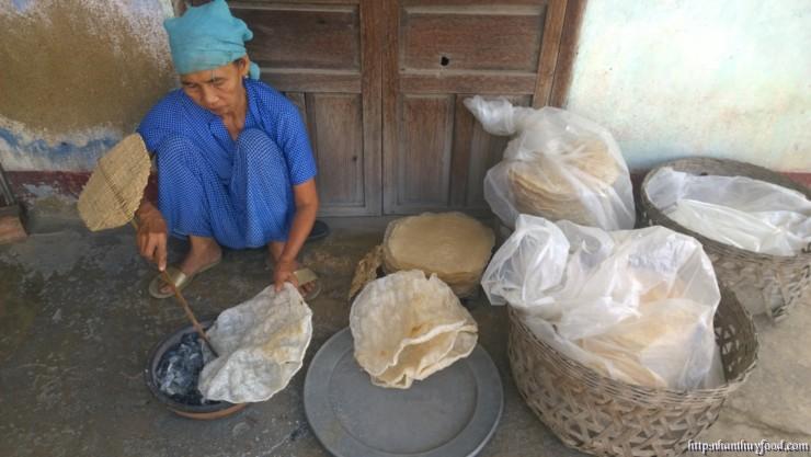 Cụ Bà nướng bánh tráng Bình Định