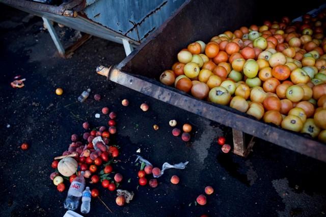 Những quả cà chua không bán được, bị hư và phải bỏ đi tại một chợ nông phẩm Asheville, Bắc Carolina. Khoảng 26% lượng cà chua trồng tại Mỹ không bao giờ đến được tay người tiêu dùng