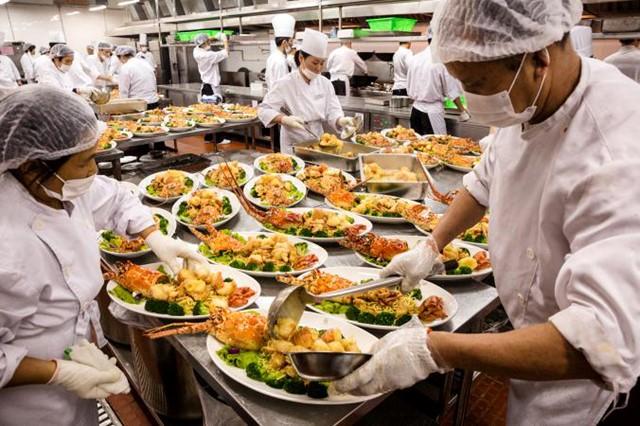 Ảnh chụp trong một bữa dạ tiệc tại Thượng Hải, hàng tá hải sản trên đây chỉ là 1 trong số 13 bàn tiệc. Các đám cưới của người giàu được xem như hình mẫu của sự lãng phí thực phẩm tại Trung Quốc và những loại thực phẩm thừa từ các quán cafe, nhà hàng tăng nhanh cùng thu nhập người dân tại các thành phố. Ước tính có hơn 9 triệu tấn protein bị lãng phí mỗi năm tại đây.
