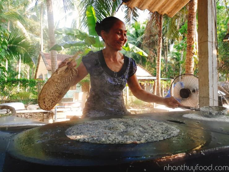 Nghệ nhân tráng bánh dừa