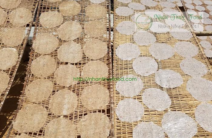 Những chiếc bánh tráng dừa đồng đều răm rắp
