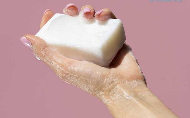 Dùng xà phòng dầu dừa để rửa mặt hoặc tắm