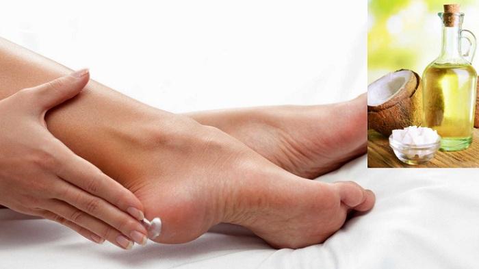 Massage dầu dừa nhẹ nhàng từ gót chân lên đùi