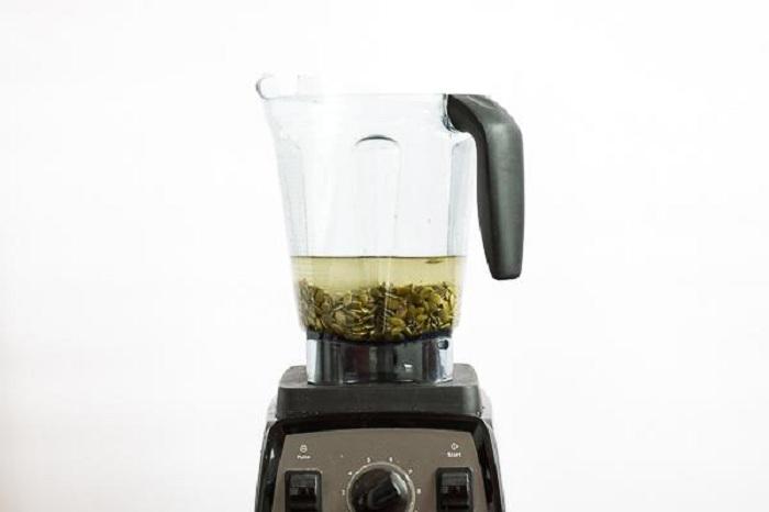 Cho hạt vào máy xay với tỉ lệ 1 cốc hạt + 4 cốc nước